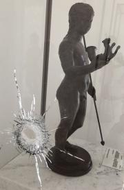 Impact de balle sur une vitrine du musée du Bardo de Tunis